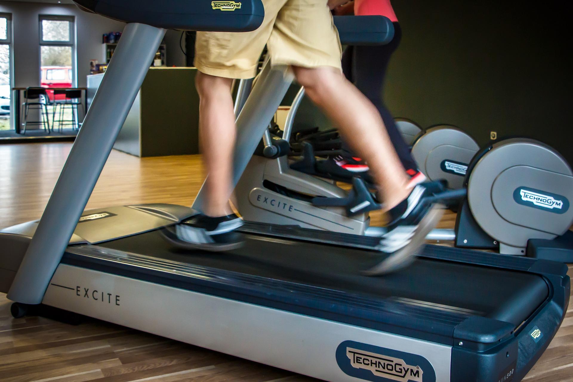 Få motion ved at benytte løbebåndet