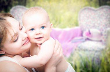 Mor holder om baby