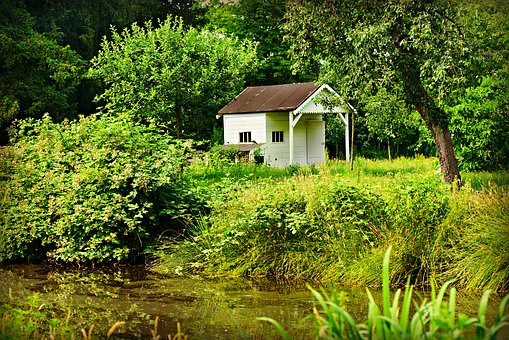 Lille hus ved sø