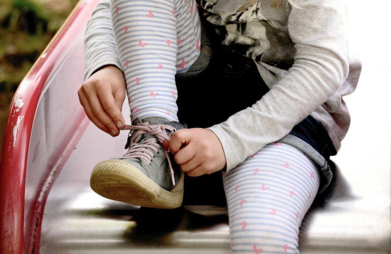 Pige binder selv sine snørebånd