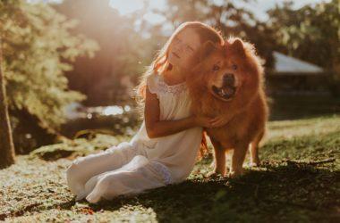 Pige lærer empati af sin hund