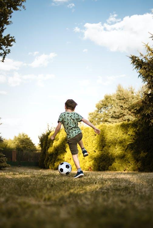 barn med fodbold